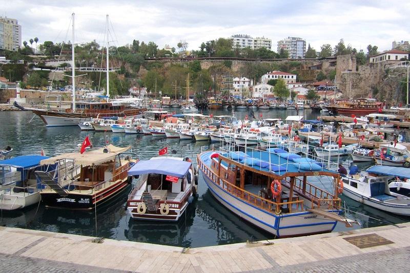 Gönnen Sie sich frische Meeresfrüchte und Cocktails in der Marina der Altstadt